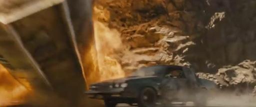 刚出场的场景,三辆车围绕一个石油托运车展开的追逐
